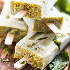 na blogu czeka nowy przepis na genialne orzeźwiające lody 🍦z nutą trawy cytrynowej i zielonej herbaty ❤️ link w bio! 🌿#vegan #whatveganseat #plantstrong #plantbased #vegansofig #greenispiracje #tolpa #avocado #lemongrass @tolpa_mniej_wiecej