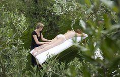 Ecco un modo per sciogliere le tensioni: uno dei nostri massaggi sensoriali all'olio extravergine d'oliva con erbe aromatiche!