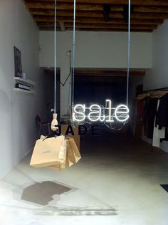 20 super chic shop windows that attract you like a mosquito in the light Fashion Window Display, Window Display Design, Store Window Displays, Retail Displays, Visual Merchandising Displays, Visual Display, Retail Windows, Store Windows, Vitrine Design