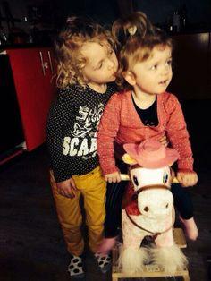 Zusjes op het paardje