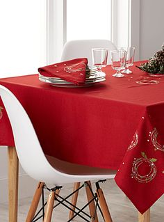 Confetti wreaths embroidered tablecloth   Simons