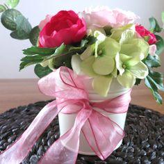 Sladká růžová na stůl Dekorace z umělých květin v bílém plecháčku, která rozsvítí Váš interiér. Hodí se i na svatební stůl. Mohu zajistit i více kusů, případně dotvořit další dekorace (kytice, korsáže atd.) ve stejném stylu.