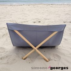 Transat de plage bleu gris personnalisable Survival Life Hacks, Survival Prepping, Diy Projects To Try, Home Projects, Wooden Beach Chairs, Beach Gear, Camping Tools, Creation Couture, Summer Accessories