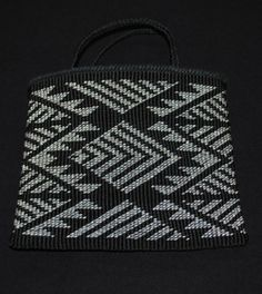 black and white bag taniko pattern Flax Weaving, Navajo Weaving, Inkle Weaving, Weaving Art, Basket Weaving, Hand Weaving, Finger Weaving, Maori Designs, Maori Patterns