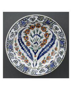 Plat aux 2 feuilles saz à double agrafe - Musée national de la Renaissance (Ecouen)