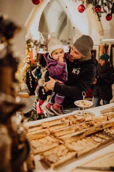 Wirklich sehenswert ist der sogenannte gotische Kreuzgang, dessen Eingang sich direkt am hinteren Ende des Marktplatzes befindet. Dort gibt es wunderschönes Handwerk zu bestaunen: Räucherwerk, Glas- und Holzschnitzkunst, handgefertigter Schmuck, Naturheilprodukte und vieles mehr. Foto: (c) TVB MondSeeLand