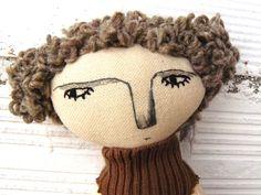 Muñeca Grey, realizada en algodón con pelo rizado pura lana de AntonAntonThings en Etsy