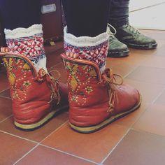 """""""Så här snygg om fötterna är en av medarbetarna på hemslöjden. Tyckte det var värt en bild  trevlig helg! Nice shoes and socks! Have a nice weekend! …"""""""