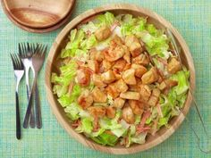 Hozzávalók: 1 nagy csirkemell 1 teáskanálnyi cayenne bors 1 nagy zellergumó 2 sárgarépa 2 hagyma 30 dkg saláta (ízlés szerinti) só olívaolaj Az öntethez: 2…