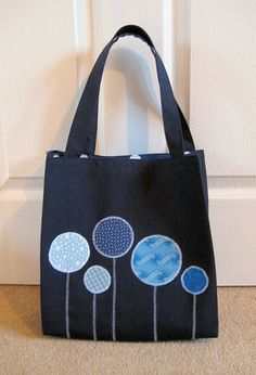 Navy Tote (Dec - Third attempt at making a basic bag – navy twill, navy and white spot lining, simple appliqué. Tote Handbags, Purses And Handbags, Coin Purses, Denim Tote Bags, Bag Pattern Free, Patchwork Jeans, Quilted Bag, Fabric Bags, Bag Making
