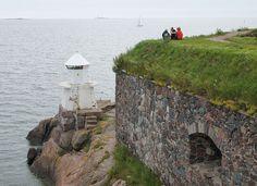 Lighthouse in Kustaanmiekka, Suomenlinna, Helsinki - Historialliseen linnoitusalueeseen kuuluvat lisäksi Harakka, Särkkä, Pormestarinluoto, Lonna ja Vasikkasaari, idässä Vallisaari, Kuninkaansaari ja Santahamina.