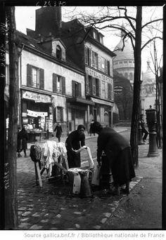 Le vieux Montmartre : laveuses à la fontaine : [photographie de presse] / Agence Meurisse - 1925. Bibliotheque nationale de France.