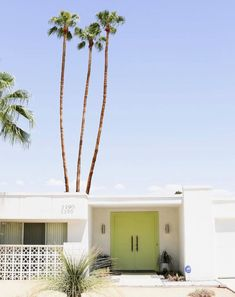 🌟Tante S!fr@ loves this📌🌟Take a self-guided Palm Springs Door Tour to check out all the bright & colorful modern front doors! Mid Century Modern Door, Mid Century Exterior, Mid Century House, Palm Springs Häuser, Palm Springs Style, Bed Springs, Colorado Springs, Modern Exterior Doors, Modern Front Door