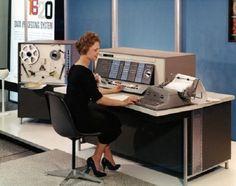 1958 - Una operadora del sistema de proceso de datos IBM 1620