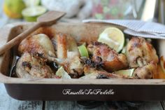 Pollo in teglia con con vinaigrette al limone. Buono, gustoso. Ideale per tutta la famiglia. E cotto a puntino, croccante fuori e morbido e succoso dentro.
