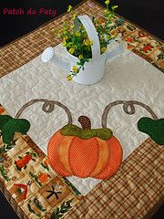 The World's Best Photos of cozinha and patchwork Patchwork Table Runner, Miniature Quilts, Table Toppers, World Best Photos, Table Runners, Halloween, Patches, Miniatures, Holiday Decor
