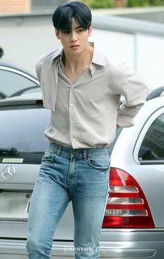 ASTRO's Cha Eun Woo makes jaws drop with his visuals and proportions Cute Asian Guys, Cute Korean Boys, Korean Men, Asian Men, Vincent Kompany, Cha Eunwoo Astro, Lee Dong Min, Handsome Korean Actors, Drame