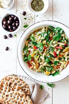Pastasalat - nem opskrift på pastasalat Greek Salad Pasta, Food N, Food Styling, Food Inspiration, Feta, Risotto, Vegetarian Recipes, Healthy Living, Veggies