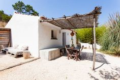 modern and tipical portugues house - Casas para Alugar em Aljezur Municipality, Faro District, Portugal Mediterranean Homes, Tuscan Homes, Backyard, Patio, Beach Cottages, Beach House Decor, Renting A House, My House, Outdoor Living