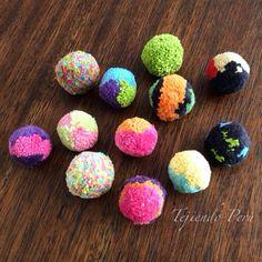 Pompones de colores!.   En nuestra página www.tejiendoperu.com les enseñamos cómo hacerlos de un solo color o varios :)