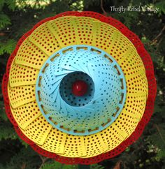 Flower Garden How to Make Repurposed Folding Strainer Garden Flowers --- Here's why you should grab 6 strainers for your garden: - We would never have thought to do this! Diy Garden, Garden Crafts, Garden Projects, Garden Tips, Garden Junk, Upcycled Garden, Garden Whimsy, Garden Sheds, Outdoor Projects