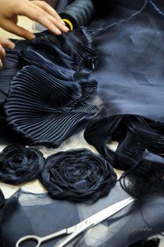 Atelier Lemarié - Pantin.  plumes et camélias pour Chanel