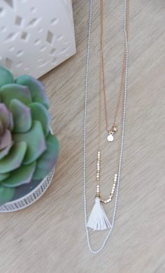Tres en uno. ¿Se pede pedir más? Pues entonces... ¡Un collar multivuelta! Porque las joyas pueden ser muy actuales. www.plumesy.com Plumesy