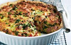 Kinkkuquiche Kinkkuquiche on mehevä ja maukas kinkkupiirakka, joka täytetään kinkulla ja juustolla. Tarjoa kinkkuquiche illanistujaisten suolapalana tai leivo piirakka ihan vaan omaksi iloksi vaikka perjantai-illan kunniaksi. 1. Nypi rasva ja jauhot muruiseksi seokseksi. Lisää vesi ja painele taikina piirakkavuoan (halkaisija n. 27 cm) pohjalle ja reunoille. Pane hetkeksi jääkaappiin. 2. Kuumenna uuni 200 asteeseen. Halkaise, …