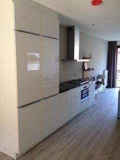 De nieuwe hoogglans witte keuken is geplaatst in de modelwoning Weespergilde Kitchen Design, Divider, Sweet Home, Room, House, Furniture, Home Decor, Bedroom, Decoration Home
