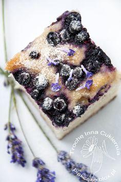 dietetyczne ciasto drożdżowe z jagodami i lawendą