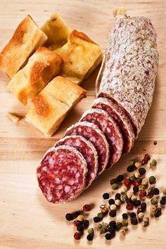 Salami and focaccia pizza Salami Recipes, Homemade Sausage Recipes, Charcuterie Recipes, Meat Recipes, Smoking Meat, Saveur, Italian Recipes, Love Food, Tapas