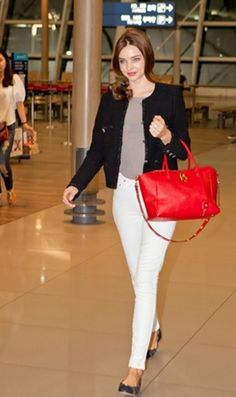 Fabulous Miranda Kerr 's style. Point red bag and skinny white pants.