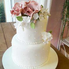Bolo Decorado com Flores Cake, Desserts, Food, Flower Cupcakes, Cake With Flowers, Descendants Cake, Cake Ideas, Pastel, Deserts