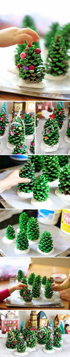 fabriquer cette forêt de mini sapins avec les enfants pour Noël en utilisant des pommes de pin