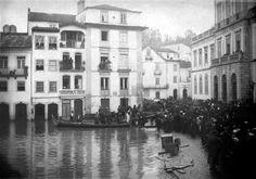 """""""Mulheres e crianças primeiro - as cheias do Mondego durante o Inverno, obrigavam centenas de pessoas a esperar pelo barco para serem transportadas de regresso a casa."""""""