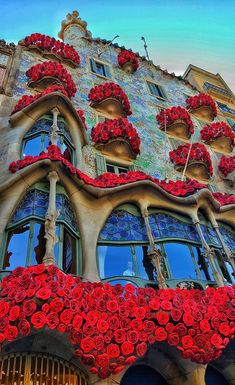 The perfect travel guide for visiting the most famous tourists places in Barcelona Get ready to discover a lot of history and the best times to get there Spanish Architecture, Art Nouveau Architecture, Beautiful Architecture, Beautiful Buildings, Beautiful Places, Barcelona Travel Guide, Modernisme, Tourist Places, Places Around The World