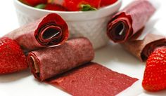 Homemade strawberry Fruit Roll-Ups Healthy Fruits, Healthy Snacks, Pate Won Ton, Whats Up Moms, Smoothies, Fruit Chews, Fruit Snacks, Fruit Roll Ups, Strawberry Fruit