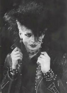 Batcave posing, 1983 [Photo by Marianne Brantsaeter] this hair shape seems really distinctive of the romantic/post punk look 80s Goth, Goth Glam, Punk Goth, 80s Punk, Deathrock Fashion, Punk Fashion, Gothic Fashion, Vintage Goth, Manado
