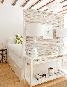 Este pequeno apartamento publicado no blog Achados de Decoração conta com um biombo para separar o quarto da sala de estar.