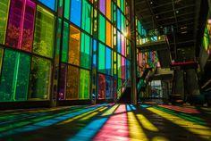 Palais des Congres, Montreal, Canadá - Construído no início dos anos 80, esse centro de convenções chama a atenção pelos grandes painéis de vidro colorido que formam o hall de entrada, chamando ainda mais a atenção nos dias de sol, que espalham as cores vibrantes.