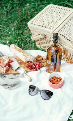 Picnic with Wild Turkey American Honey// Picnic Time, Summer Picnic, Picnic Parties, Weekender, Diy Crafts To Do, Wild Turkey, Party Desserts, Holiday Parties, Party Time