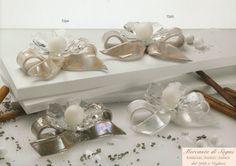 """https://mercantedisognivoghera.blogspot.it/2016/12/collezioni-dp-linea-pippy-30-31-32-33.html   Collezioni D.P. """"PIPPY""""  Ceramica Capodimonte, cristallo - 30 - 31 - 32 - 33 - 34 - 35 - 36 - 37 -  INTRECCIO E FIOCCO PORTACANDELA SCATOLA CON FIORE E STRASS INTRECCIO FIORE E FARFALLA FIOCCO ROSA PORTACANDELA PROFUMATORE ROSA FIOCCO FIORE  Ceramica e Cristallo  CERAMICA CAPODIMONTE LUCIDA: TORTORA - BIANCO - PANNA - NUVOLA"""