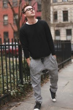 man style sweatshirt/ sweatshirt man/ homem estilo moletom/moletom masculino/moda homens/moletom/moda masculina/ fashion for men How To Wear Sweatpants, Sweatpants Style, Sweatpants Outfit, Fashion Moda, Fashion Pants, Mens Fashion, Fashion Outfits, Black Vans Outfit, Black Sneakers