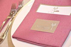 Minuta y tarjetas de asiento personalizadas con el logo de la boda.