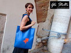 """Borsa shopper artigianale in ecopelle lavorata a mano """"Goldie nell'Acquario"""". Vai al link per tutte le info: http://glistolti.shopmania.biz/compra/shopper-in-ecopelle-goldie-nell-acquario-523 Gli Stolti Original Design. Handmade in Italy. #glistolti #moda #artigianato #madeinitaly #design #stile #roma #rome #shopping #fashion #handmade #style #borse #bags #summer #estate"""