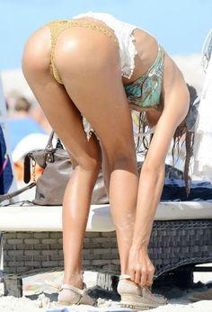 Η Alessia Tedeschi σε bikini candids στην παραλία της Formentera