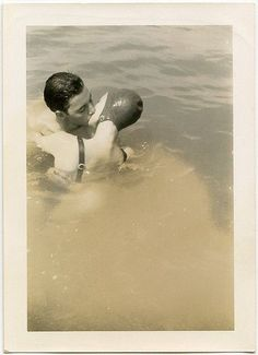 "Résultat de recherche d'images pour ""vintage picture lovers at the beach"""