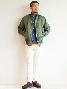 オリーブカラーのMA-1にGジャンと白パンツを合わせた爽やかな着こなし