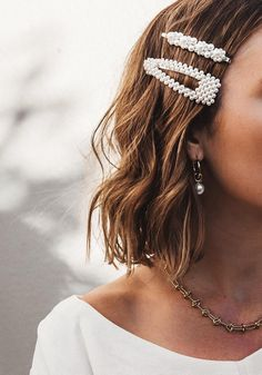 Love love love these pearl hair clips! Pearl barrettes are a must-have hair trend for 2019 Hair Barrettes, Hair Jewelry, Hair Necklace, Pearl Jewelry, Hair And Nails, Hair Inspiration, Fashion Inspiration, Curly Hair Styles, Hair Clip Styles