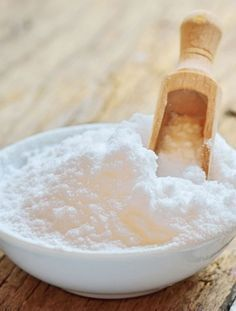 Use Baking Soda as a Deodorant. Baking soda will absorb odor from your underarm. It will regulate your pH level and will help to get consistency. Deodorant Recipes, Homemade Deodorant, House Cleaning Tips, Cleaning Hacks, Bra Hacks, Beauty Glazed, Clean House, Baking Soda, Natural Remedies